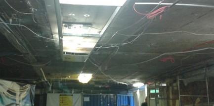 """Pył i zwisające kable na Centralnym. """"Nie czuję się bezpiecznie w tym miejscu"""""""