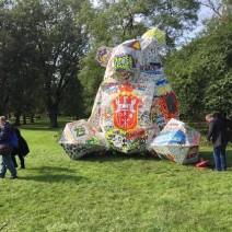 5-metrowy miś przed warszawskim zoo. Relacja naszej reporterki