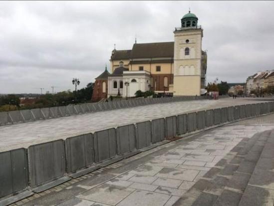 Krakowskie Przedmieście w Warszawie odgrodzone barierkami. (Twitter)