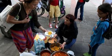 Kolejne antynatowskie protesty. Anarchiści rozdawali ciepłe posiłki, puszczali latawce