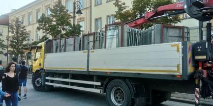 Barierki wróciły na Krakowskie Przedmieście. Dziś kolejna miesięcznica