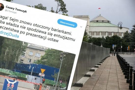 Barierki przed gmachem Sejmu Fot. PAP/Rafał Guz