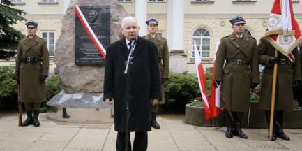 """""""Poległ w służbie ojczyzny"""". Odsłonięto tablicę upamiętniającą prezydenta"""