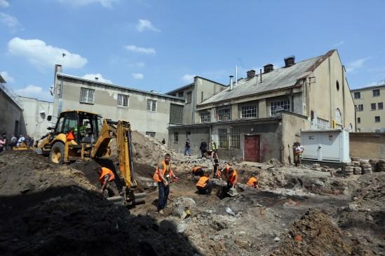 Przy Rakowieckiej rozpoczęto poszukiwania miejsc, gdzie zostali pogrzebani Polacy zamordowani przez komunistyczny reżim. Fot. PAP/Tomasz Gzell