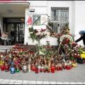 Znicze zapalone przed siedzibą Sojuszu Lewicy Demokratycznej. Fot. Wojciech Surdziel / Agencja Gazeta