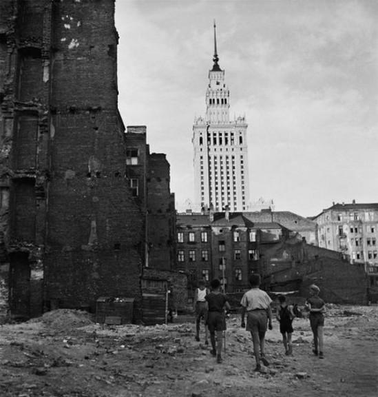 """Zdjęcie pochodzi z albumu """"Pałac w Warszawie""""."""