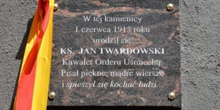 Pamiątkowa tablica na stulecie urodzin księdza Jana Twardowskiego