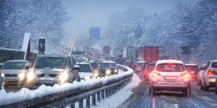 Mazowsze. Ponad 100 tys. osób bez prądu. Opady śniegu sparaliżowały województwo