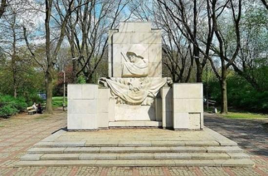 Pomnik Wdzięczności Żołnierzom Armii Radzieckiej. Fot. Adrian Grycuk (praca własna) [CC-BY-SA-3.0 (http://creativecommons.org/licenses/by-sa/3.0)], Wikimedia Commons