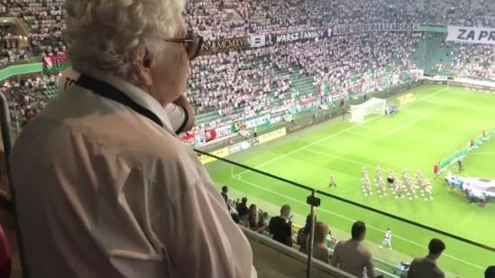 """Irena Paprocka z batalionu """"Golski"""" ogląda oprawę na stadionie Legii Fot. Facebook/Marcin Czapliński"""