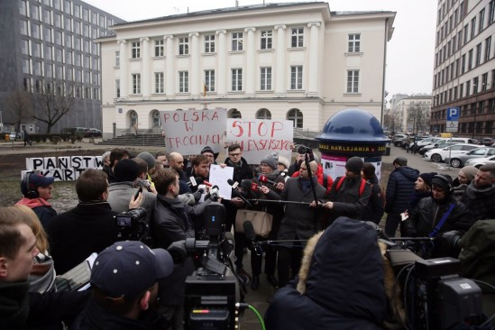 Miasto jest Nasze przed Urzędem Dzielnicy Śródmieście przy ul. Nowogrodzkiej. Fot. PAP/Tomasz Gzell