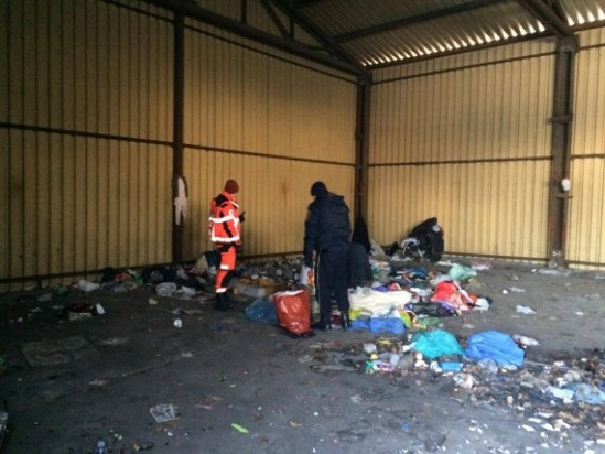 Bezdomni koczują w hali przy ul. Radzymińskiej, fot. Wawalove.pl