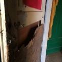 Drzwi zniszczone siekierą, fot. Wawalove.pl