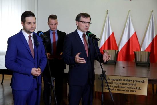 Zbigniew Ziobro i wiceminister Patryk Jaki podczas konferencji prasowej dotyczącej powołania członków Rady Społecznej przy Komisji Weryfikacyjnej. Fot. PAP/Tomasz Gzell