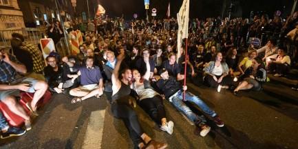 Gorąco przed Sejmem. Manifestanci blokowali Wiejską, interweniowała policja