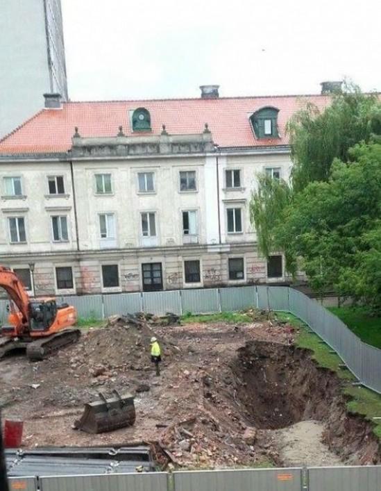 Apartamentowiec powstający na rogu dawnych ulic Długiej i Nalewki. Fot. Marcin Czapliński/Twitter