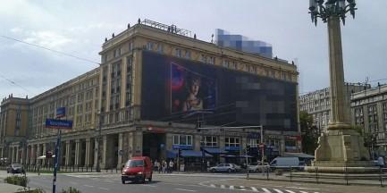 Reklamowy śmieć nie zniknie z hotelu. Sąd wstrzymał wykonanie decyzji
