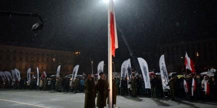 Polska flaga na stałe na pl. Piłsudskiego