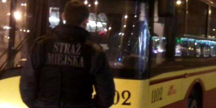 Wybił szybę w autobusie, bo kierowca go nie wpuścił