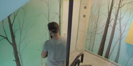Kabaty. Artyści zmienili nudną klatkę schodową w tajemniczy las