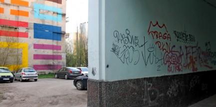 Wkurzają cię brzydkie napisy na murach? Zamaluj je!