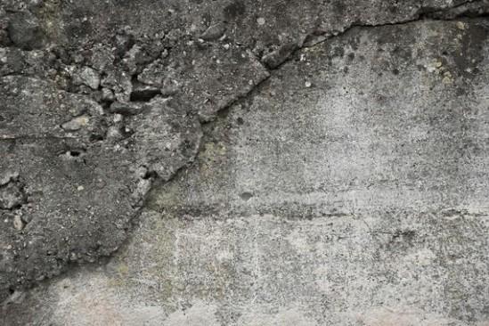 Pęknięcia pojawiły się na ścianach kamienicy. Fot. Pixabay