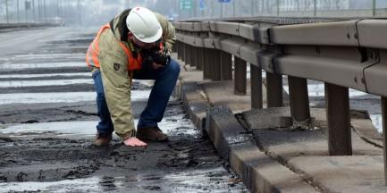 Będa pracować siedem miesięcy, 24 godziny na dobę. Ruszył remont mostu Łazienkowskiego