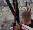 Skoczyli z Pałacu Kultury ze spadochronem! Przebrani za księży (WIDEO)