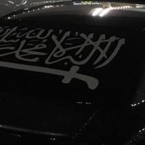 Samochód w flagą organizacji terrorystycznej w centrum Warszawy