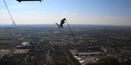 Pokaz synchronicznych skoków z mostu Śląsko-Dąbrowskiego [WIDEO]