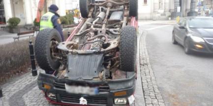 Samochód dachował na placu Zbawiciela? Nietypowy sposób na nielegalną reklamę