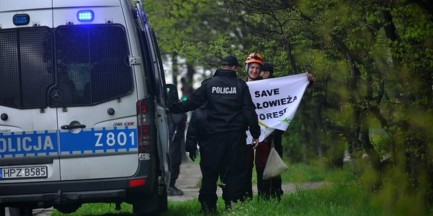 """Greenpeace: """"oddajemy się w ręce policji"""". Ekolodzy schodzą z dachu"""