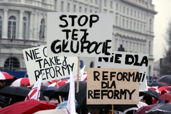 Manifestanci spotkają się przed Ministerstwem Edukacji Narodowej Fot. PAP/Tomasz Gzell