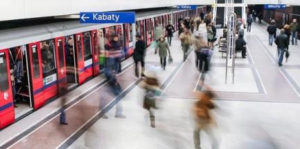 Kobieta wpadła pod pociąg metra. Jest w szpitalu