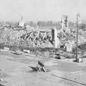 Ruiny Zamku Królewskiego w 1945, widok od strony placu Zamkowego, na bruku rozbita kolumna Zygmunta. Fot. Wiki