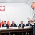 Przed komisją zeznaje mieszkaniec kamienicy przy ul. Poznańskiej 14 Robert Migros Fot. PAP/Radek Pietruszka