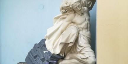 Nieznani sprawcy zniszczyli Pietę przy kościele. Kapucyni publikują zdjęcia