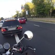 Motocyklista mknie pomiędzy autami. Zatrzymuje go niespodziewana blokada