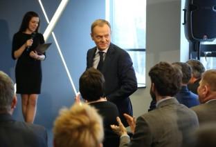 """Donald Tusk przyjeżdża do Warszawy. Przeciwnicy: """"mamy butelki z benzyną i kamienie"""""""