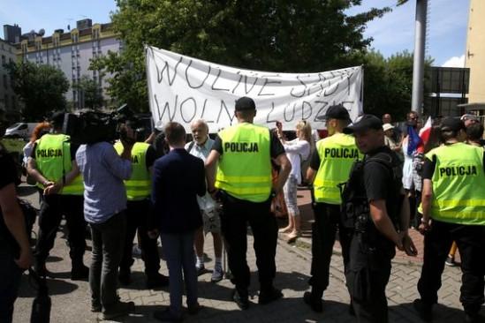 Protesty przed siedzibą PiS. Fot. PAP/Tomasz Gzell