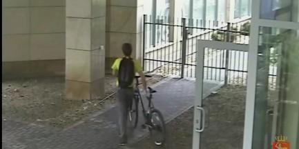Poszukiwani sprawcy kradzieży roweru