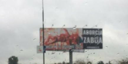 Szokujący billboard płodu przy ulicy. Mieszkańcy niedowierzają