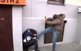 Policjant, który skopał demonstranta, ma kłopoty