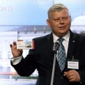 """Marek Suski (PiS) prezentujący """"cegiełkę"""" na budowę pomników. Fot. Tomasz Gzell/PAP"""