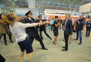 Flash mob na Okęciu [WIDEO]