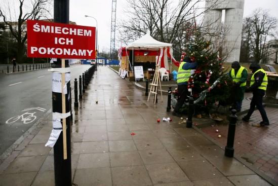 Przed Sejmem trwa manifestacja poparcia dla posłów opozycji. Fot. Tomasz Gzell/PAP