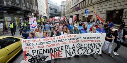 """""""Pieniądze dla głodnych, nie na czołgi!"""" Antynatowski protest w stolicy"""