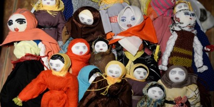 Przytul lalkę-muzułmankę i pomóż dzieciom z dworca w Brześciu. Wyjątkowa akcja w warszawskim lokalu