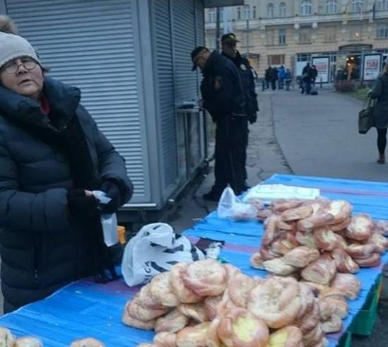 Pani Anna sprzedająca kanapki i słodkie bułki w centrum Warszawy. Fot. Facebook/Konrad Sajkowski