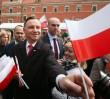 """Polską flaga na tle zniszczonej wieży zegarowej. Pawłowicz: """"Jakby zawieszono ją na ruinach odbitego z rąk wroga budynku"""""""